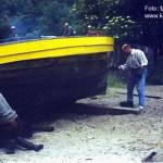 Rybacy smołujący łódz